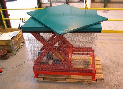Elevador de tijeras con plataforma giratoria.